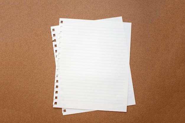 Leeres papier auf hölzernem hintergrund. weicher fokus.