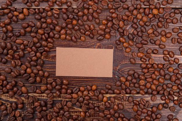 Leeres papier für kopienraum unter kaffeebohnen