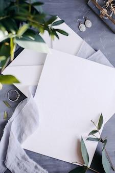 Leeres papier kopieren. rahmen mit blumen. seidenschleife. grauer hintergrund. einfacher strauß. grußkarte.