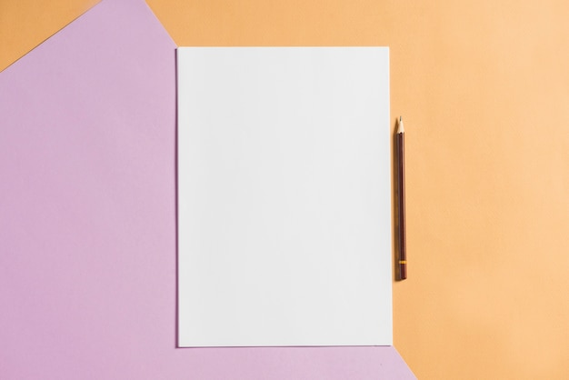 Leeres papier mit bleistift auf bunten kartenpapieren