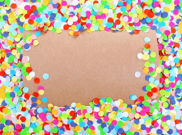 Leeres papier mit konfetti herum, partyhintergrund