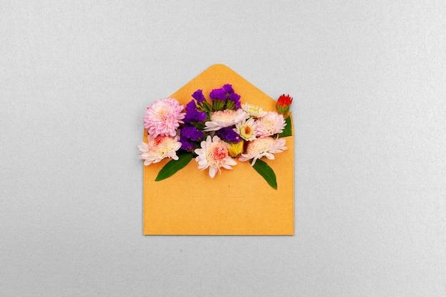 Leeres papier mit kopierraum und draufsicht auf blütenknospen