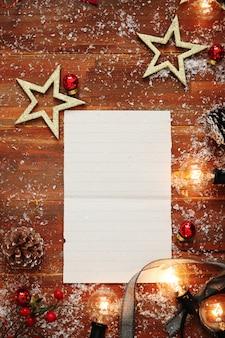 Leeres papier mit weihnachtsdekoration