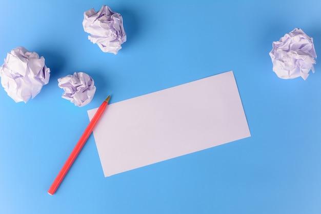 Leeres papier mit zerknitterten papierkugeln