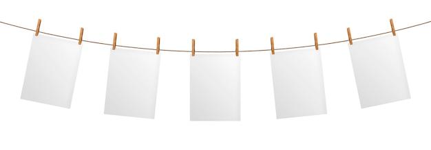 Leeres papierblatt, das am seil, getrennt hängt