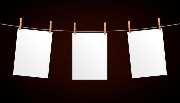 Leeres papierblatt, das am seil hängt