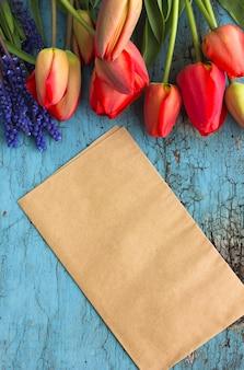 Leeres papierblatt mit tulpenblumen, draufsicht