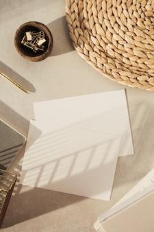 Leeres papierblatt, notizbücher, dekorationen auf beiger betonoberfläche