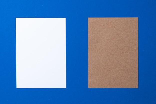 Leeres papiergeschäft modell auf klassischem blauem hintergrund