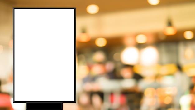 Leeres plakat auf unschärfe restaurant für show stehen oder förderung zu fördern