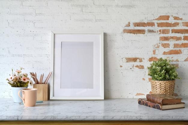 Leeres plakat des modells mit zimmerpflanze über weißer backsteinmauer.