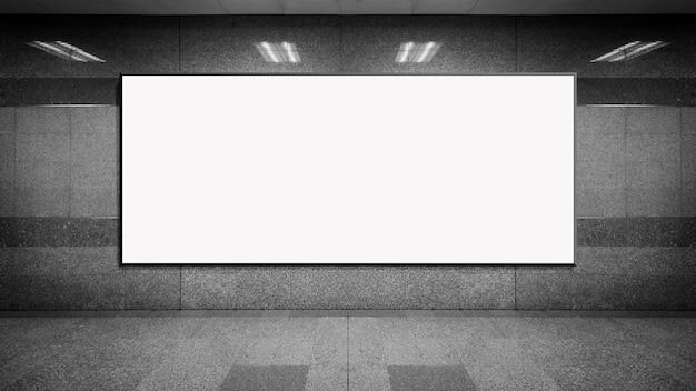 Leeres plakatmodell in der u-bahnstation