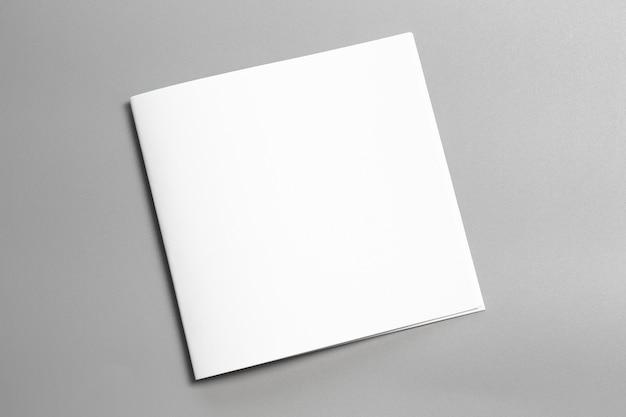 Leeres porträtmodellpapier. broschürenmagazin lokalisiert auf grauem, veränderbarem hintergrund
