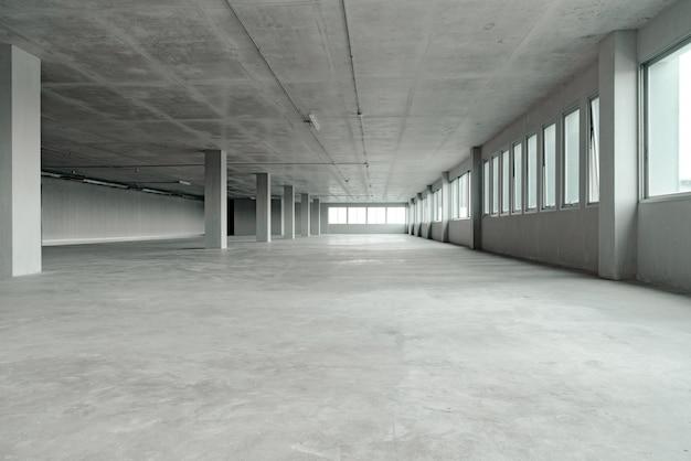 Leeres raumbüroraumgebäude mit zementmaterialstruktur