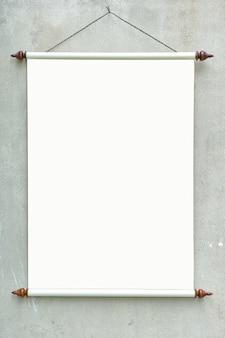 Leeres retro- rollen oben die plakatfahne, die an der wand für modell hängt