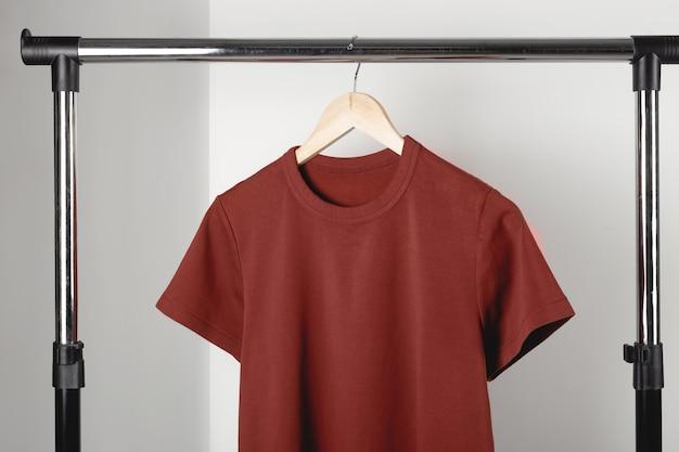 Leeres rotes burgunder-t-shirt-mockup auf kleiderbügel bella canvas mock-up