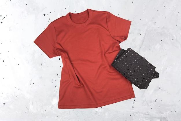 Leeres rotes burgunder-t-shirt-modell auf grauem hintergrund