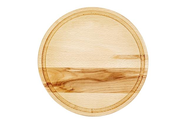 Leeres rundes schneidebrett auf weißem hintergrund lokalisiert.