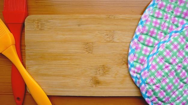 Leeres schneidebrett auf planken essen hintergrundkonzept. küche und kochkonzept auf holzhintergrund. platz für text