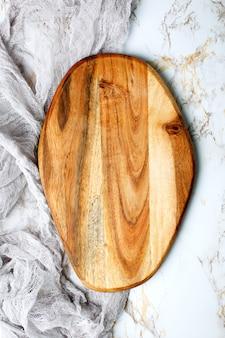 Leeres schneidebrett aus holz auf dem tisch