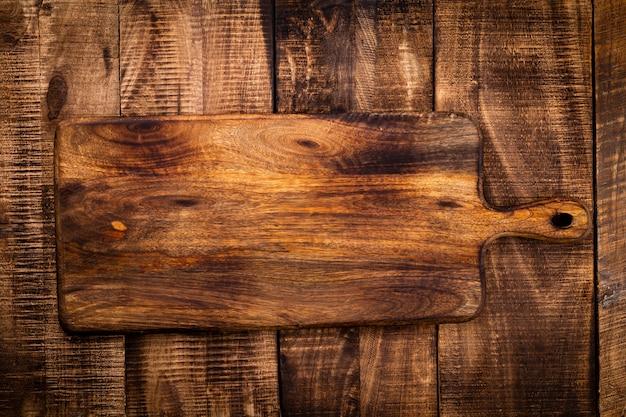Leeres schneidebrett schneidebrett auf einem alten rustik-tisch