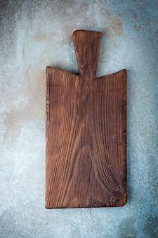Leeres schneidebrett schneidebrett auf einem alten rustikalen tisch
