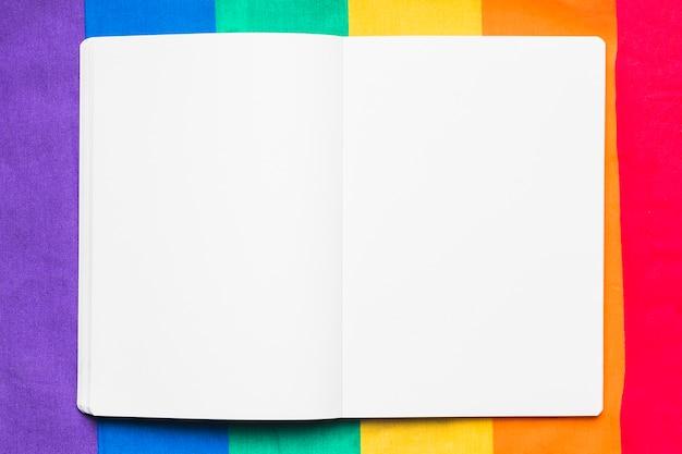 Leeres schreibheft auf regenbogenhintergrund