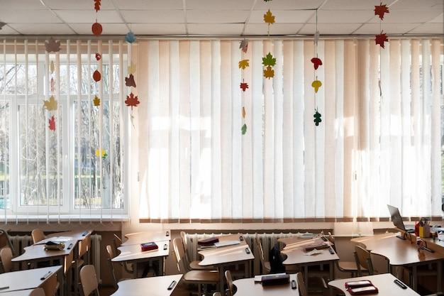 Leeres schulklassenzimmer, das zurück zur schule geht, leeres schulklassenzimmer, keine leute herbstdekoration