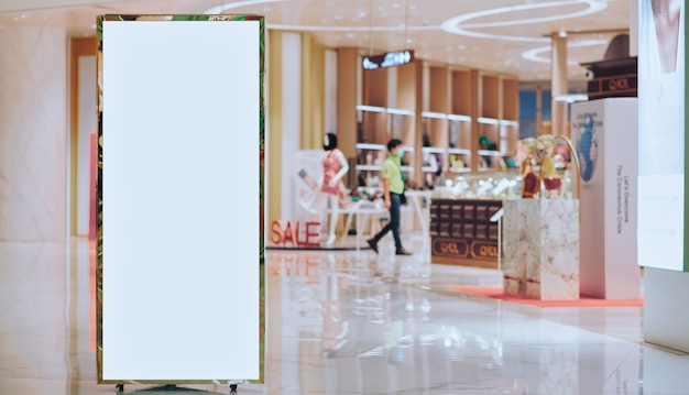 Leeres schwarzes brett im modernen einkaufszentrum