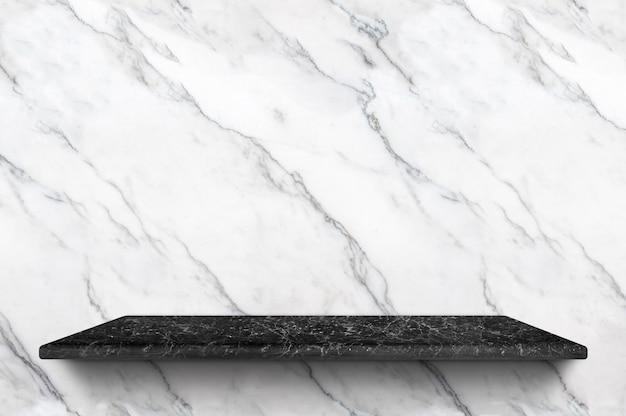 Leeres schwarzes marmorregal am weißen marmorwandhintergrund für anzeigenprodukt