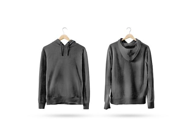Leeres schwarzes sweatshirt-modell, das auf hölzernem kleiderbügel hängt