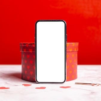 Leeres smartphone auf geschenkbox
