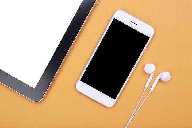 Leeres smartphone mit tablette