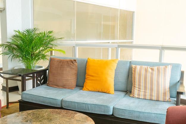 Leeres sofa und stuhl mit kissendekoration in einem raum