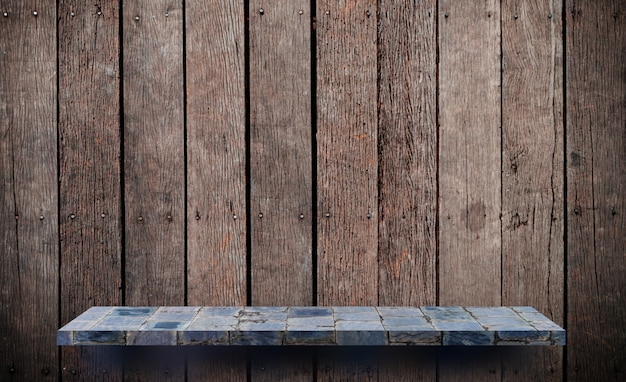 Leeres steinregal auf hölzerner wand für produktanzeige