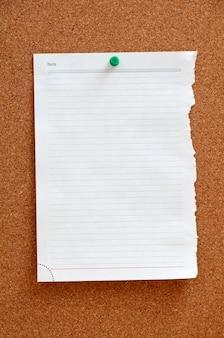 Leeres stück papier in corkboard festgesteckt