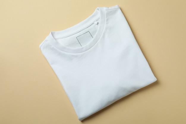 Leeres sweatshirt auf beige