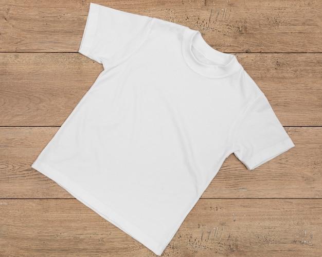 Leeres t-shirt lokalisiert auf holz