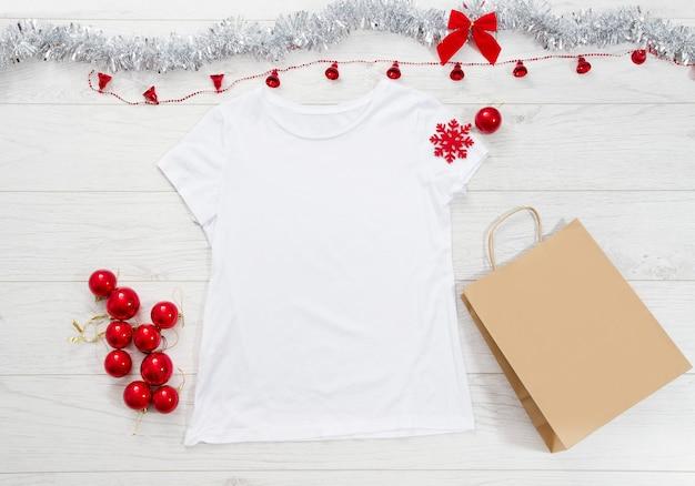 Leeres t-shirt, tasche und weihnachtsdekoration