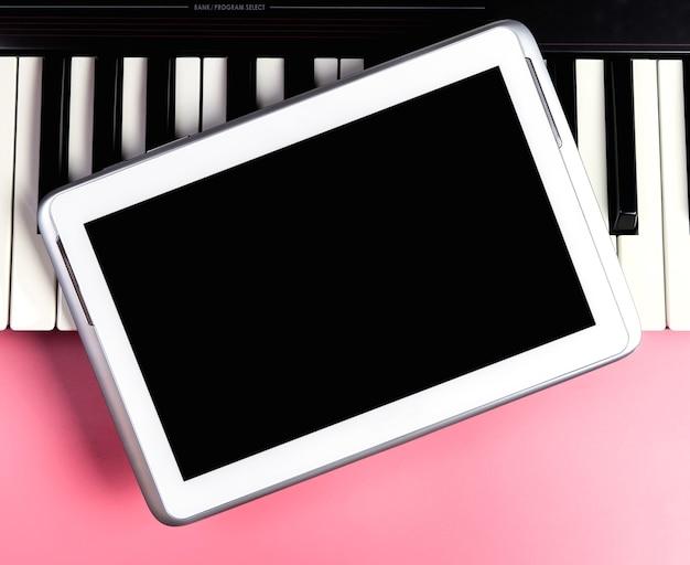 Leeres tablet für musik anwendung mock-up auf der tastatur
