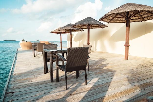 Leeres terrassendeck und stuhl mit blauem ozean