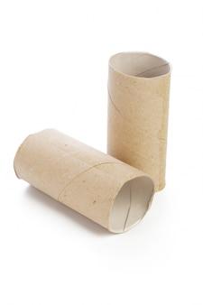 Leeres toilettenpapier auf weiß