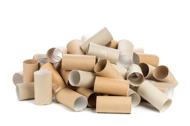 Leeres toilettenpapier auf weißem hintergrund