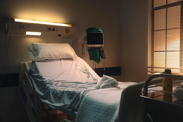 Leeres und trauriges krankenhausbett