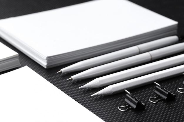 Leeres unternehmensbriefpapier eingestellt auf schwarzes papier