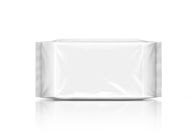 Leeres verpackungspapier wischt den beutel ab, der auf weißem hintergrund lokalisiert wird