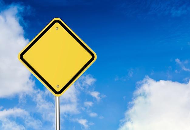 Leeres warnschild auf blauem himmelshintergrund