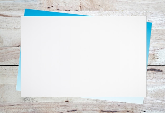 Leeres weißbuch auf altem hölzernem hintergrund für texteingabe