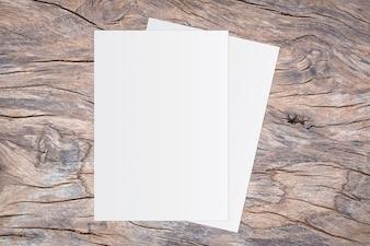 Leeres Weißbuch auf braunem hölzernem Hintergrund für Texteingabe.