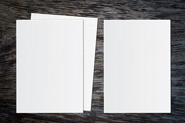 Leeres weißbuch auf hölzernem hintergrund. für text